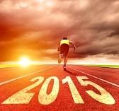 31567589-heureuse-nouvelle-annee-2015-jeune-homme-courir-avec-le-lever-du-soleil-fond